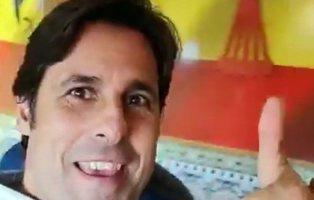 Fran Rivera, orgulloso frente al aguilucho y símbolos falangistas en un bar franquista
