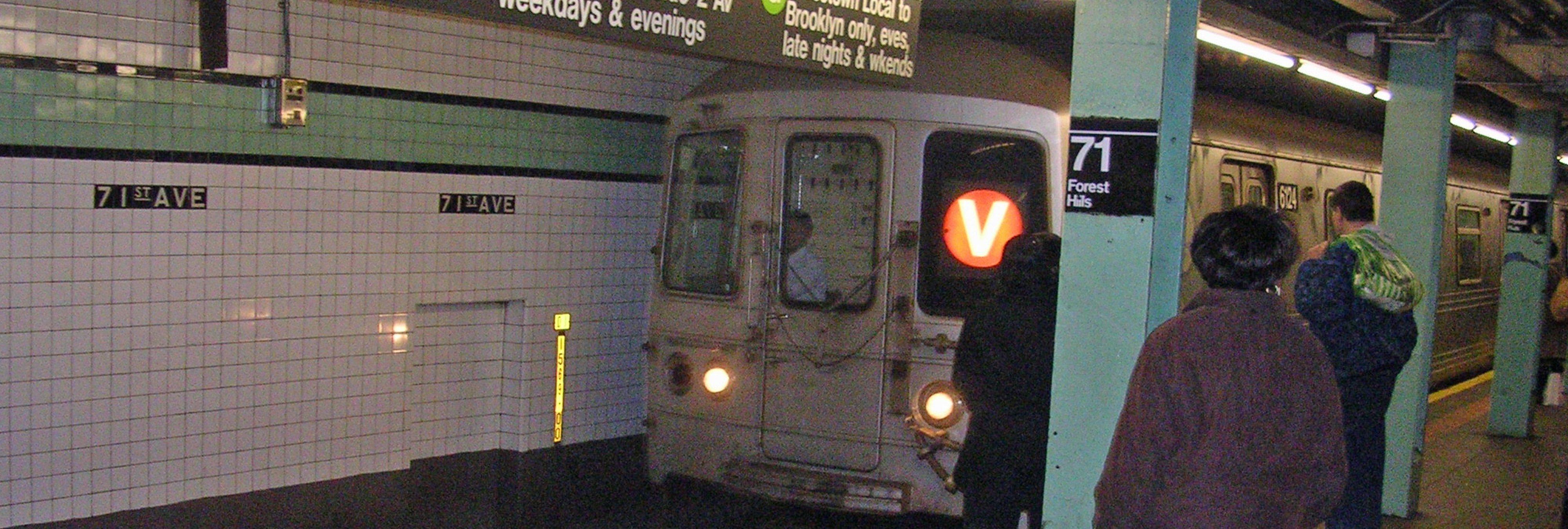 Ataque homófobo en el metro de Nueva York: fractura la columna a una chica y huye
