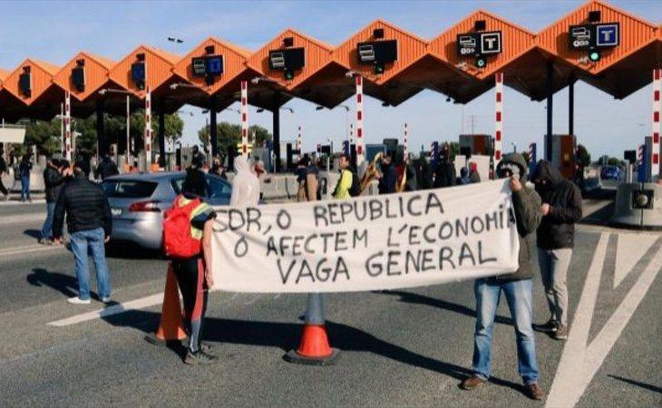 Los CDR cortaron el tráfico en la AP-7 como símbolo de protesta | A. Zanón