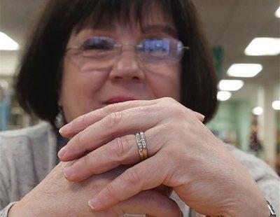 Una mujer encuentra su anillo de bodas 9 años después de que se le cayera al inodoro