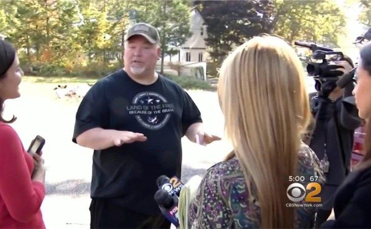 Michael Carroll atendiendo a la prensa frente a la casa