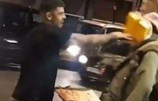 Un famoso youtuber ofrece comida a un indigente y al ir a cogerla se la tira a la cara