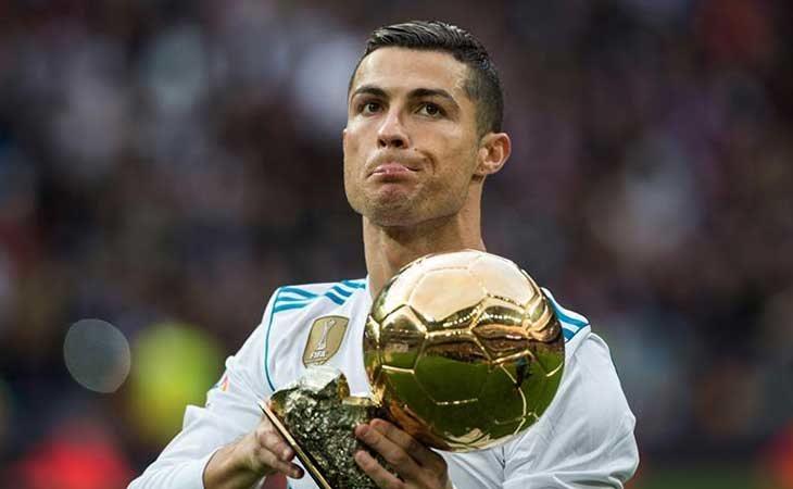 Cristiano Ronal ofreciendo el Balón de Oro en el Bernabeu