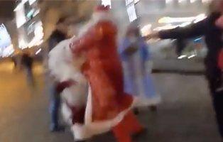 La brutal pelea entre dos Santa Claus que está revolucionando las redes