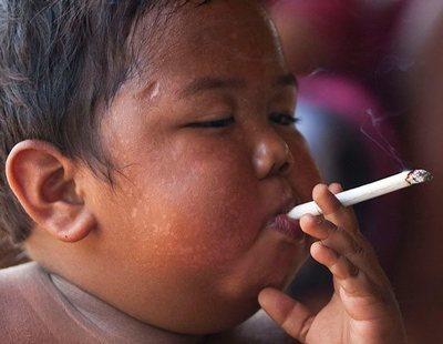 ¿Recuerdas al niño que fumaba 40 cigarrillos al día? Así está ahora