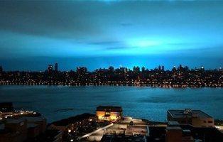 Una explosión de luz azul en plena noche de Nueva York destaca el pánico a extraterrestres