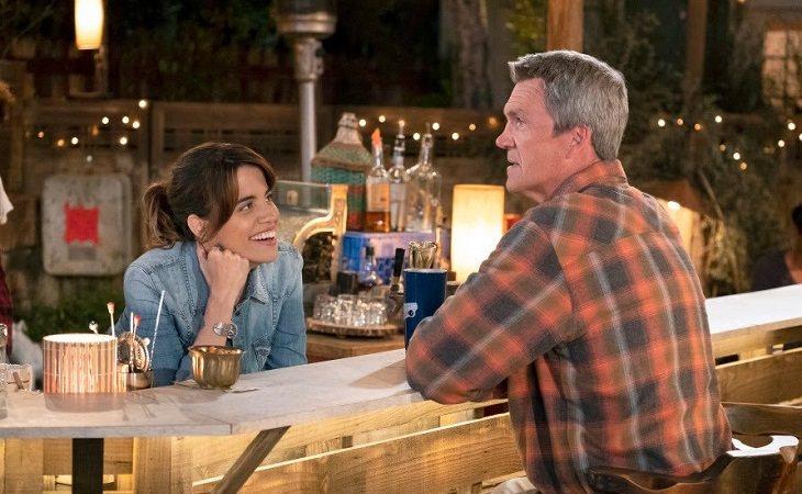 Natalie Morales y Neil Flynn en 'Abby's'