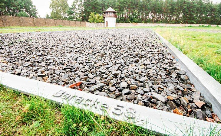 Algunos turistas visitan los campos de concentración de Sachsenhausen mientras comen