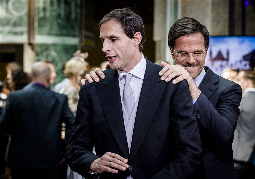 El presidente holandés, Mark Rutte, junto a su polémico ministro de Finanzas, Wopke Hoekstra