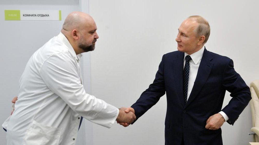 Vladimir Putin, estrechando la mano del médico que posteriormente dio positivo en coronavirus