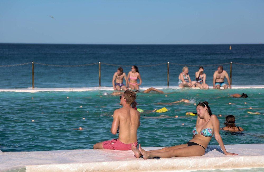Varios bañistas en la playa de Bondi en Sídney, este viernes