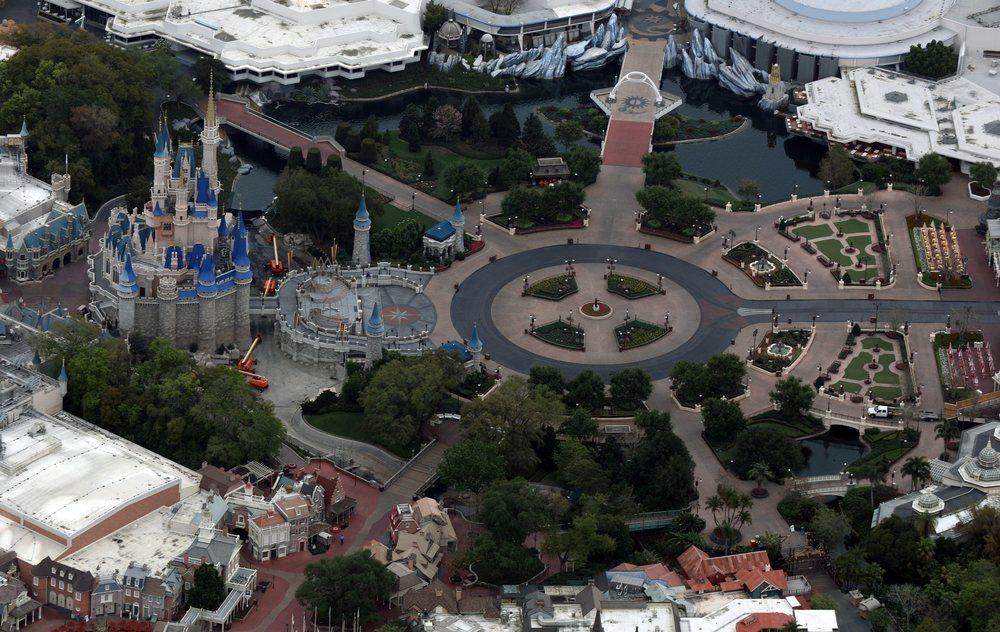 Vista aérea del Parque Disney en Orlando, vacío por el coronavirus