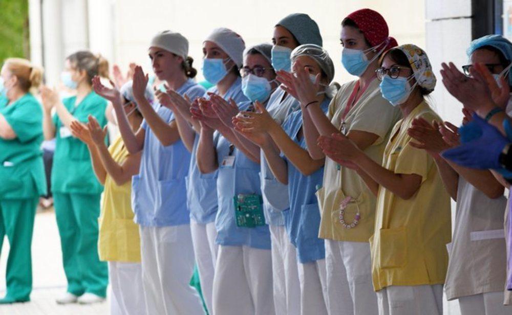 Sanitarios durante el aplauso diario a las 20:00 horas