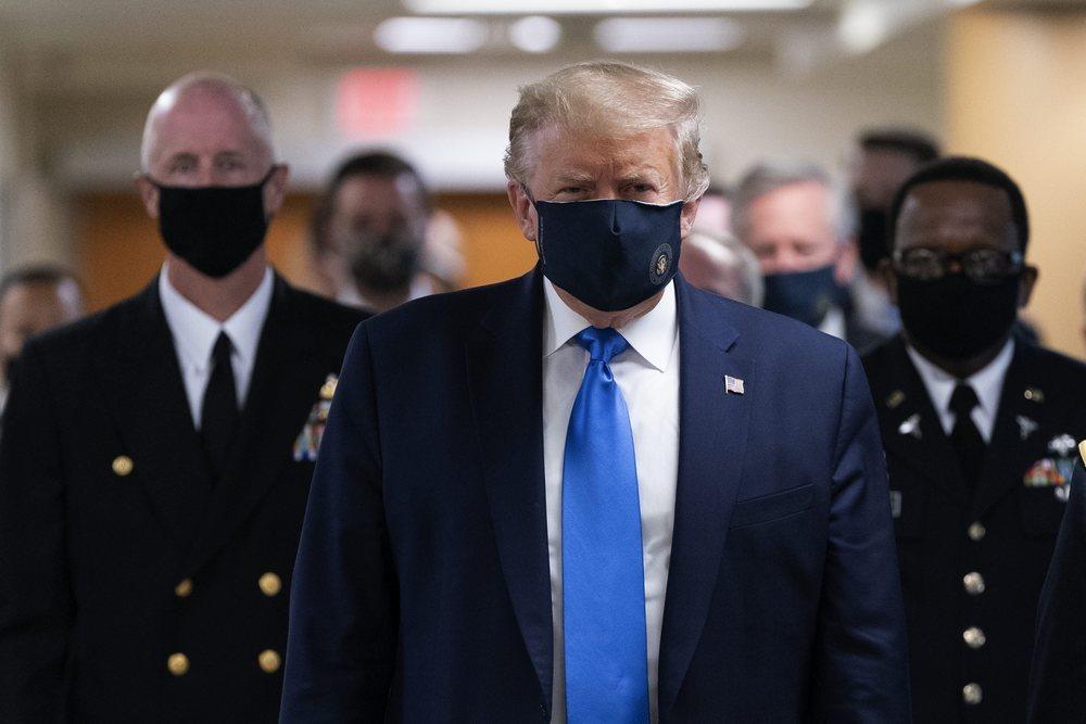 El Presidente Donald Trump, con mascarilla