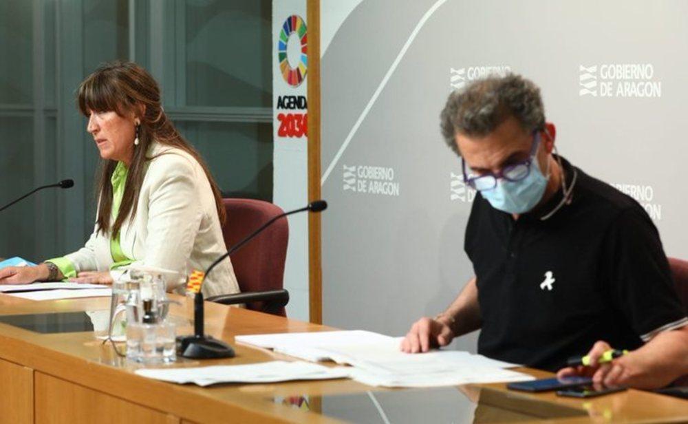 La consejera de Sanidad de Aragón, Sira Repollés, y el director general de Salud Pública, Francisco Javier Falo
