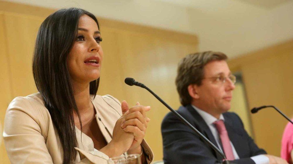 La vicealcaldesa Begoña Villacís junto al alcalde de Madrid José Luis Martínez.-Almeida, en una rueda de prensa