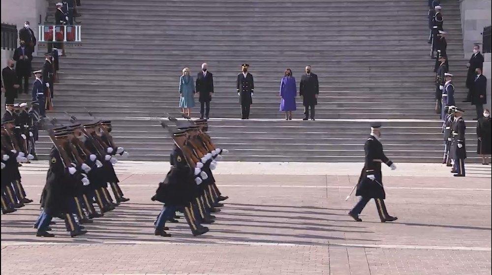 Biden pasa revista a las tropas
