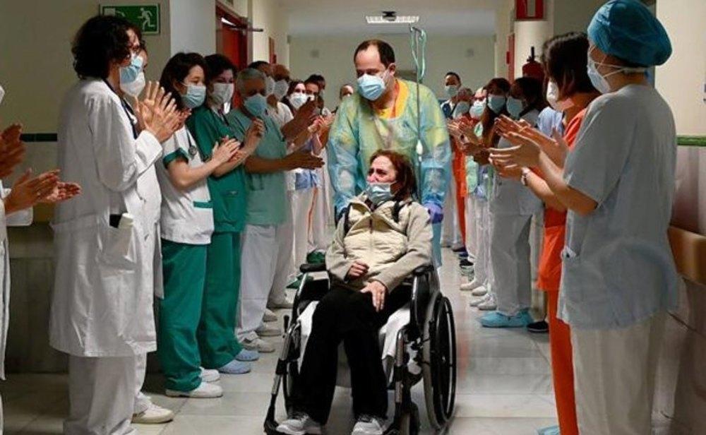 Una paciente del Hospital Gregoria Marañón de Madrid recibe el alta tras más de 300 días ingresada por coronavirus