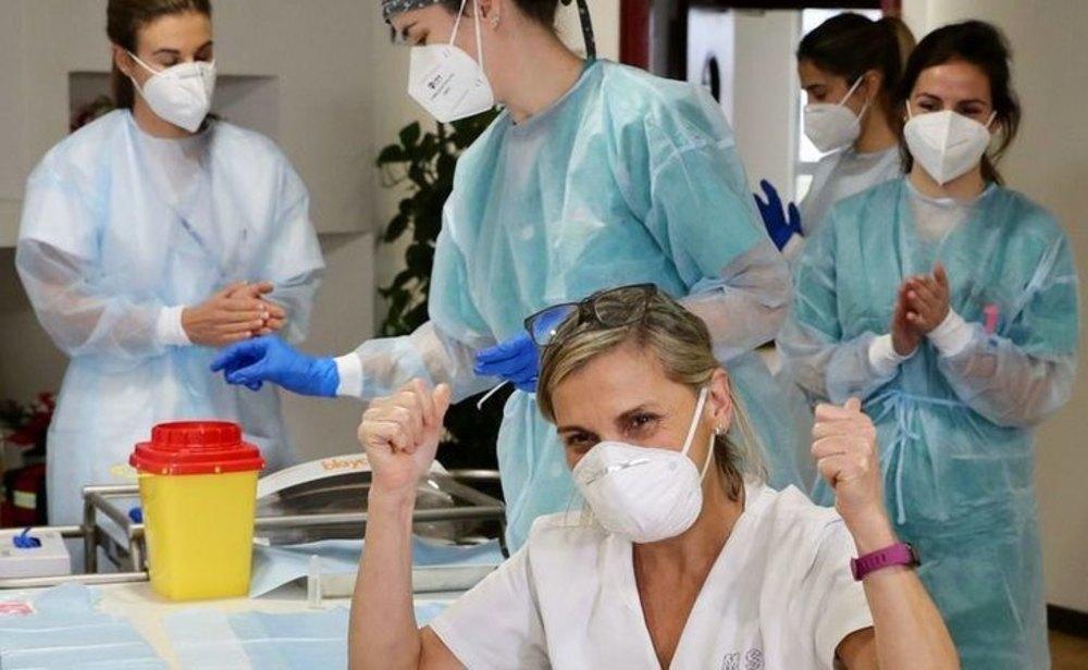 Sanitarias celebrando el proceso de vacunación