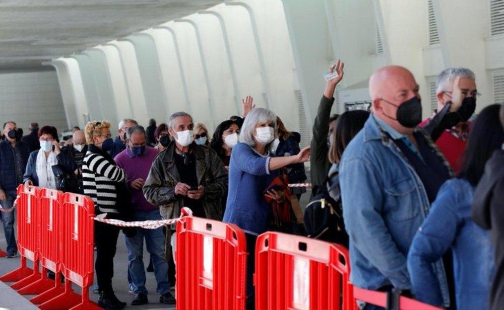 Largas colas para la vacunación en España