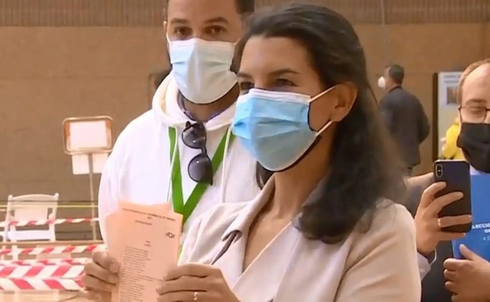 Rocío Monasterio, candidata de VOX, votando el 4-M