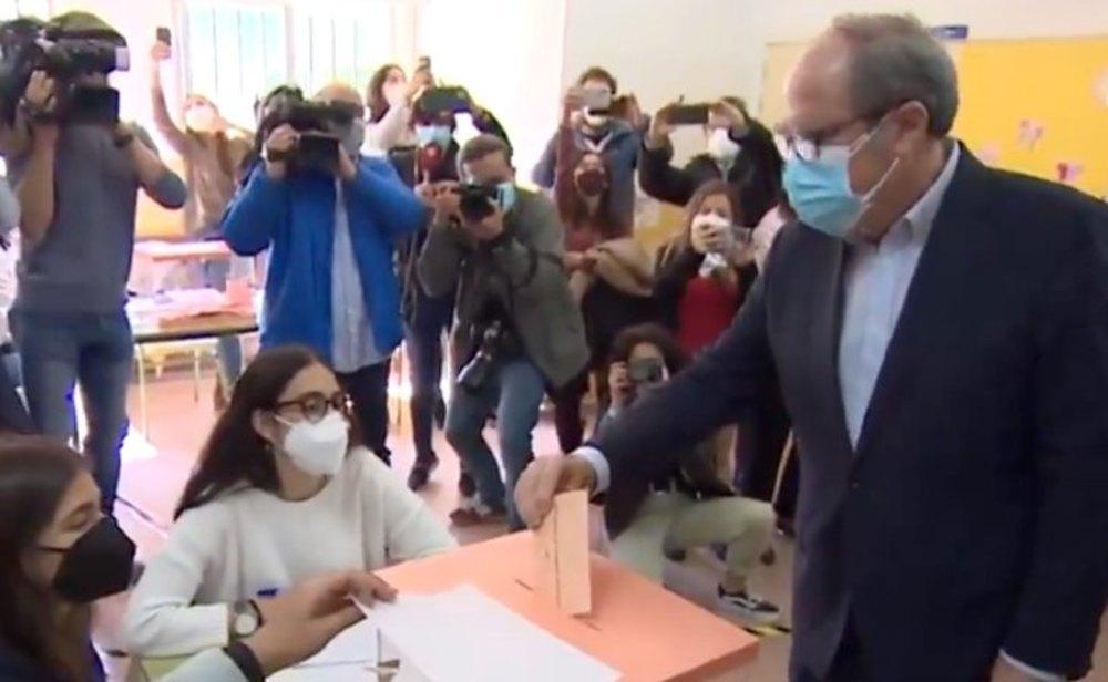 Ángel Gabilondo, candidato del PSOE, votando el 4-M