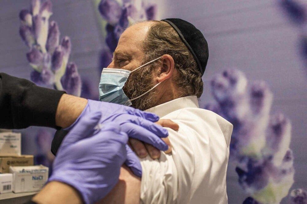 Israel recupera la mascarilla en interiores tras diez días