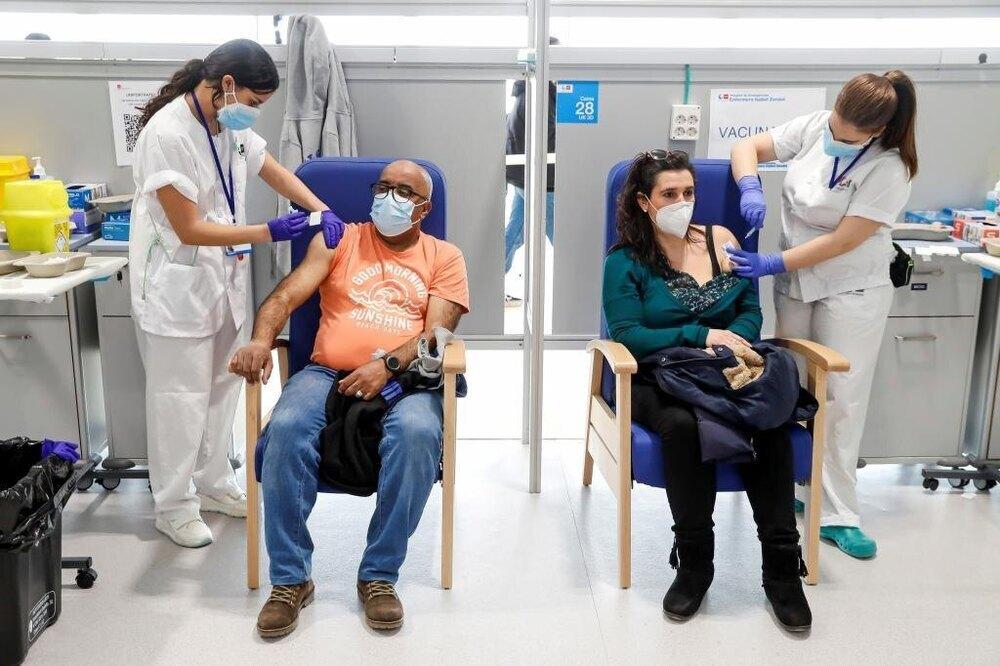 Dos ciudadanos reciben la vacuna contra el coronavirus en Madrid
