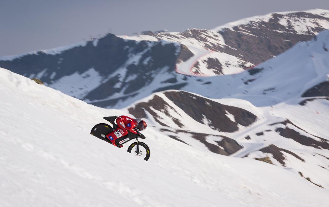 Eric Barone desciende por la nieve a 223,30 km/h