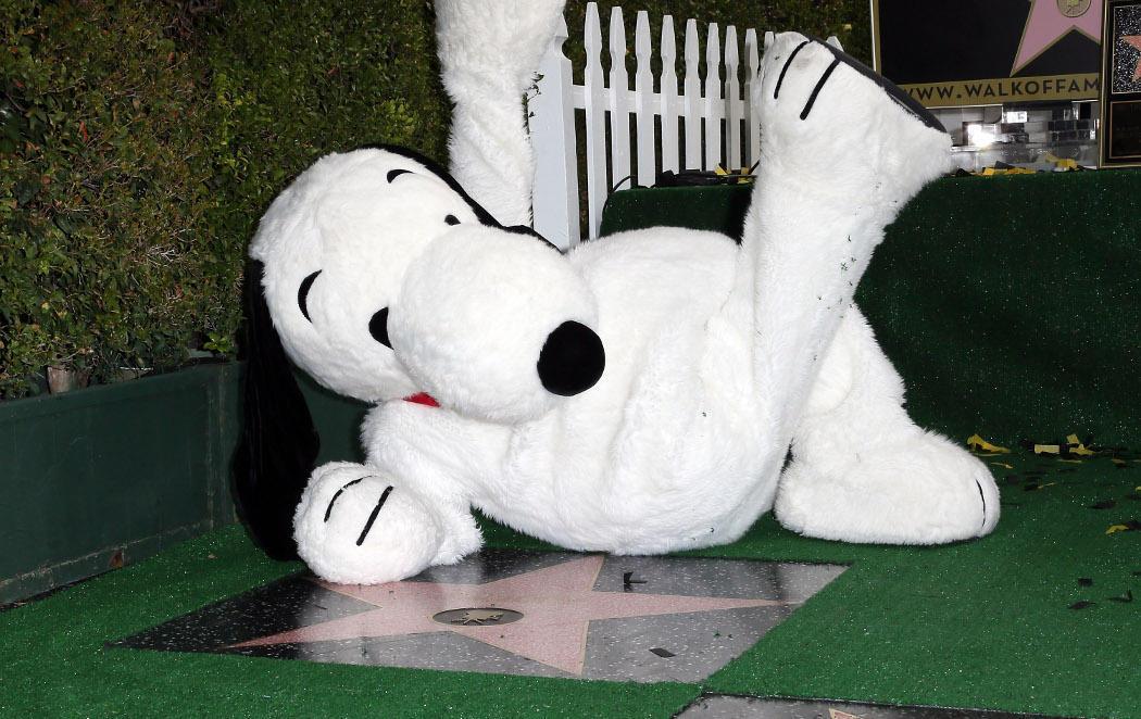 Snoopy (o ese tipo disfrazado) ya tiene estrella en el paseo de la fama