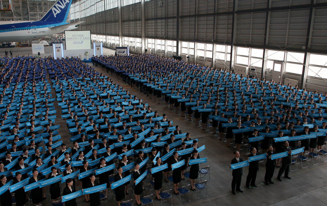 Miles de jóvenes japoneses celebran su primer día de trabajo