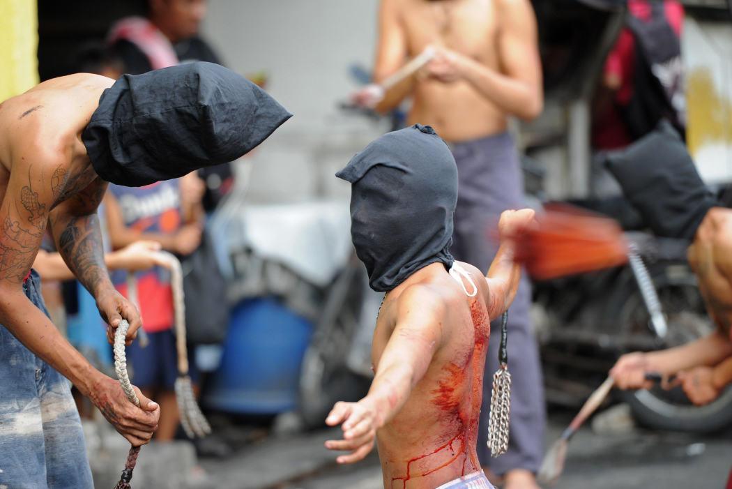 Los penitentes filipinos se flagelan durante la Semana Santa