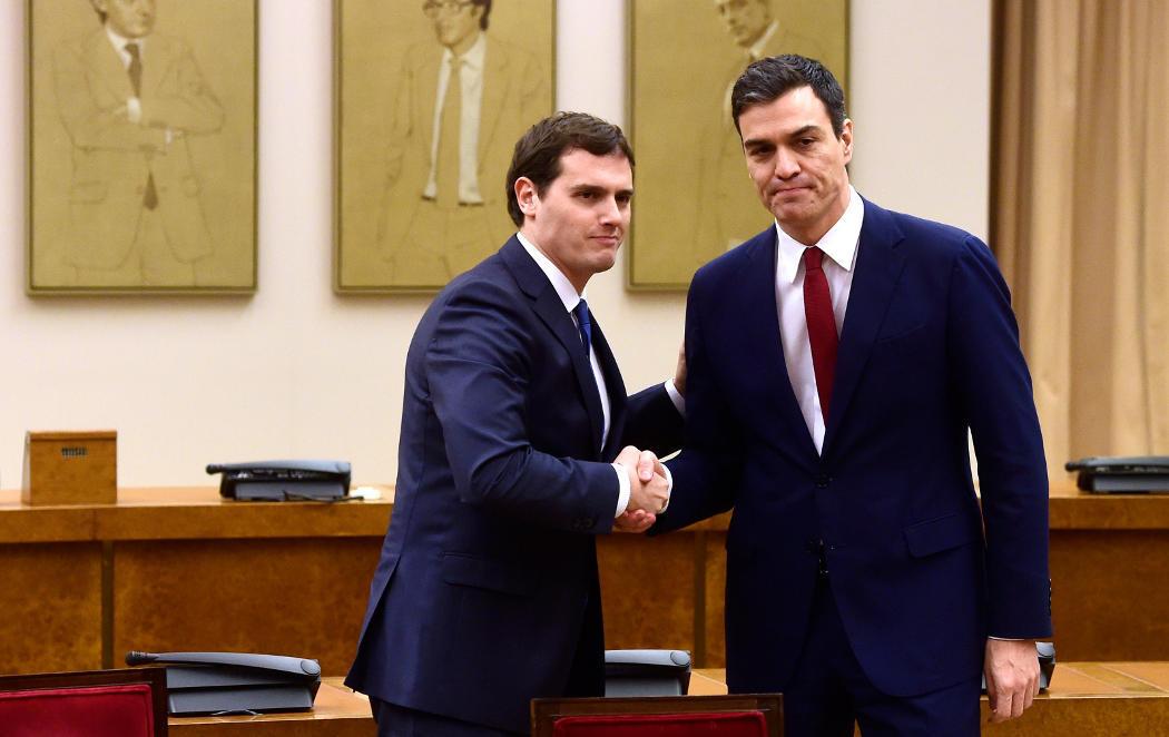 Sánchez y Rivera se sientan a firmar
