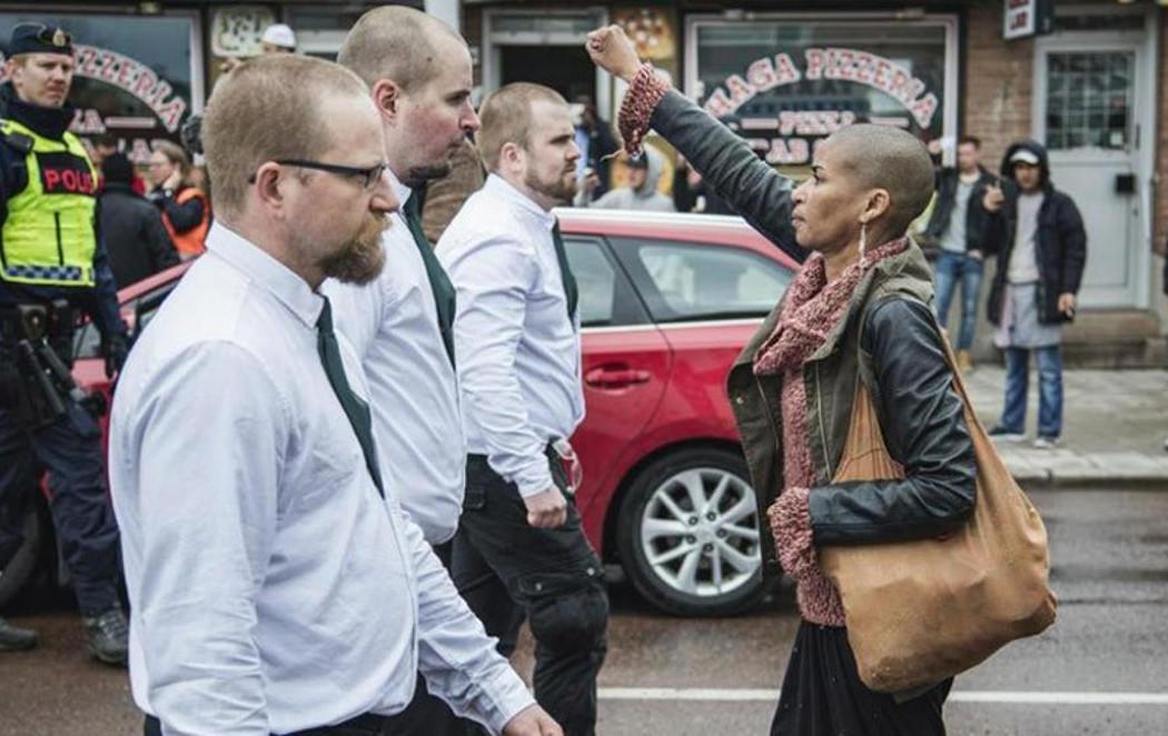 Una activista negra se enfrenta a 300 neonazis