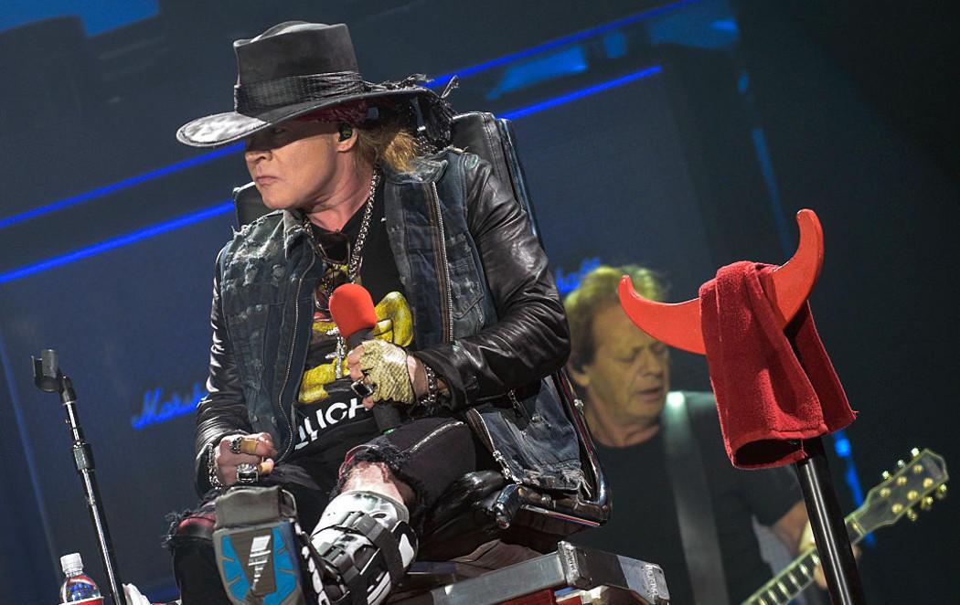 Axl Rose, AC/DC, un dedo roto, un trono y un concierto en Sevilla