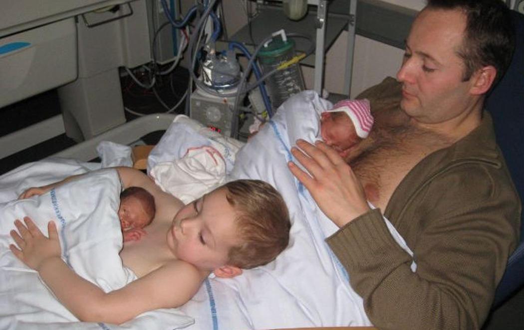 Incubadoras humanas: la foto de familia que se convirtió en viral