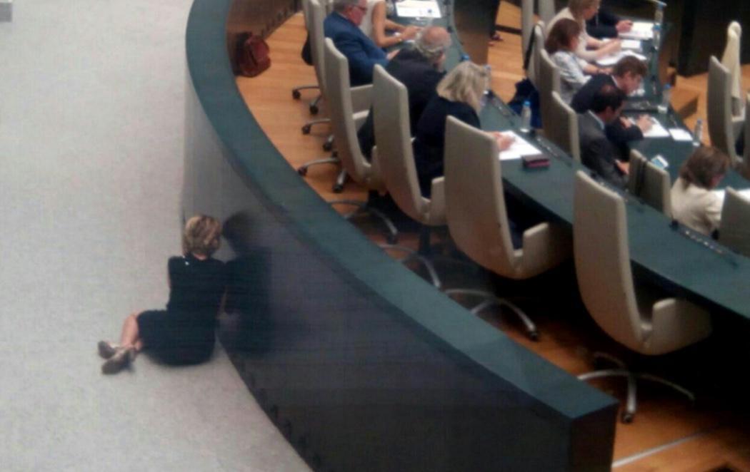¿Está Esperanza Aguirre hablando por teléfono tirada en el suelo?