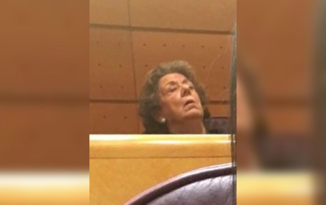 Ritá Barberá echa una cabezadita en medio de una sesión del Senado