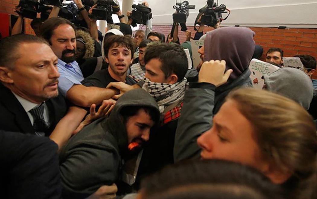 Un grupo de manifestantes revienta un acto de Felipe González y Juan Luis Cebrián en la UAM