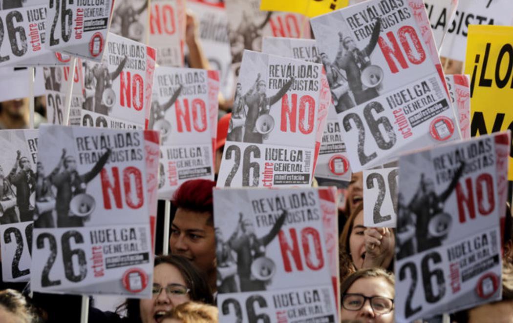 Miles de padres y alumnos salen a la calle para pedir que se eliminen las reválidas