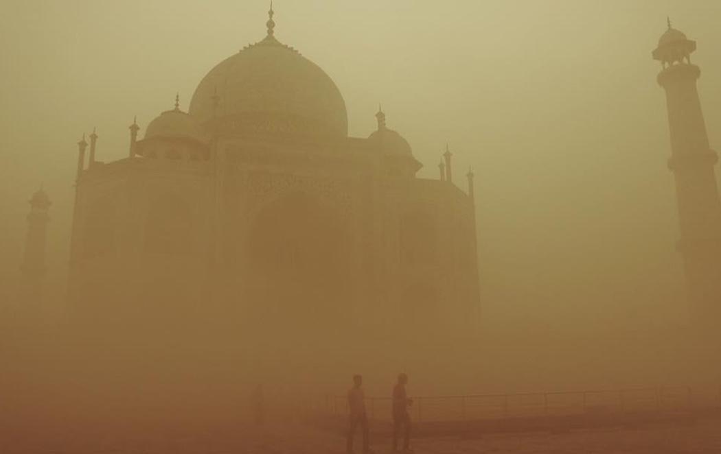 El Taj Mahal amanece oculto por una niebla peligrosa para la salud