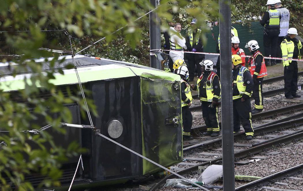 Siete personas han muerto en el descarrilamiento de un tren en Londres