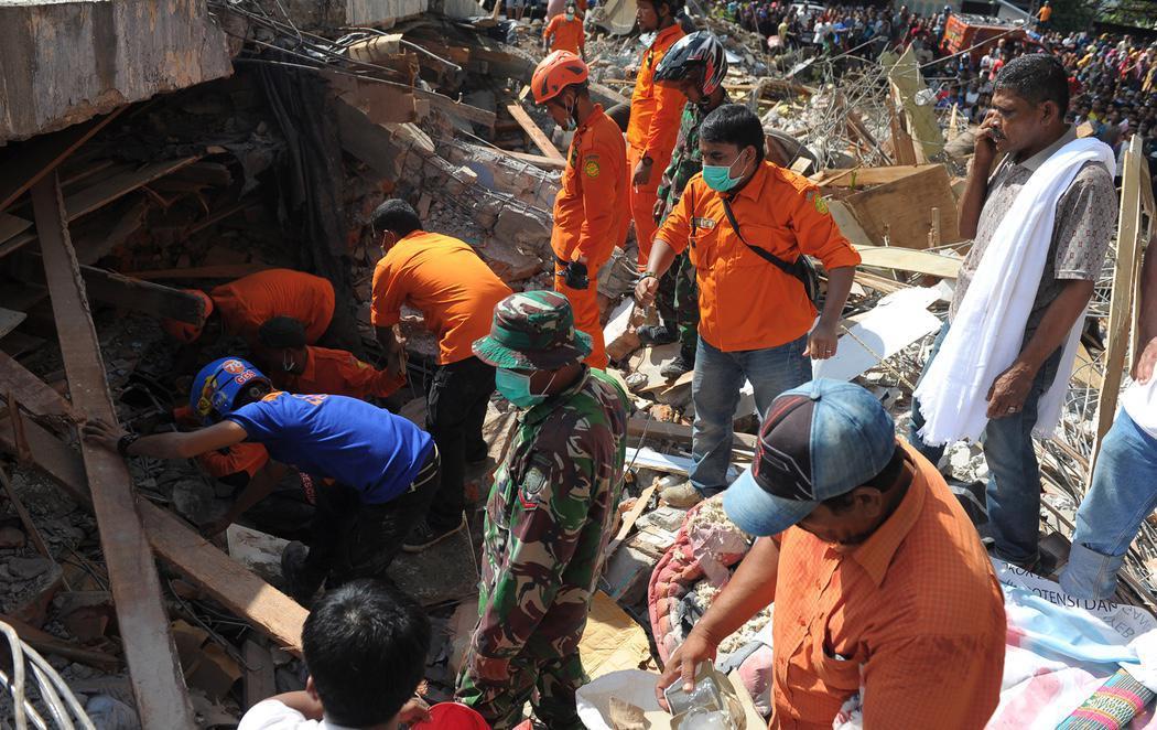 Al menos 97 muertos y 300 heridos en un terremoto en Indonesia