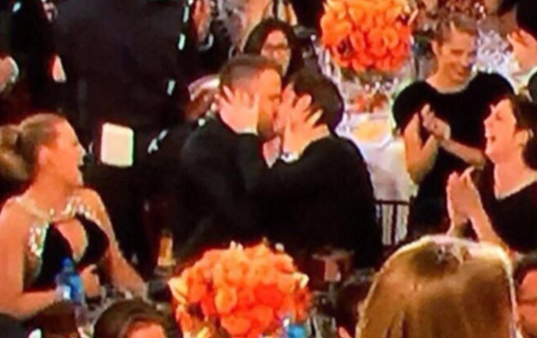 El beso entre Andrew Garfield y Ryan Reynolds: el momento protagonista de los Globos de Oro