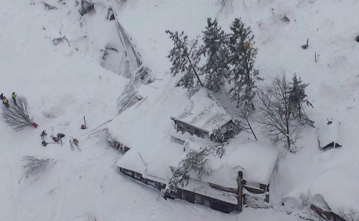 Varios muertos en un hotel sepultado por la nieve en Italia