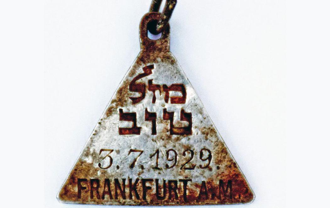 Hallan un colgante idéntico al de Ana Frank en un campo de exterminio nazi