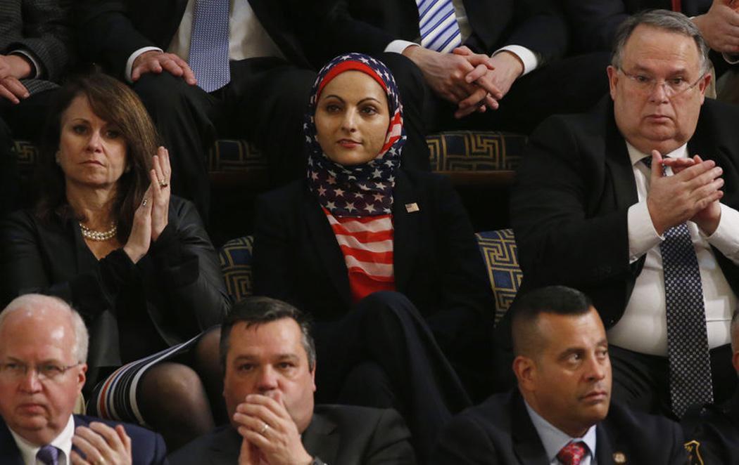 Recibe el primer discurso de Trump en el Congreso con un hiyab con la bandera estadounidense