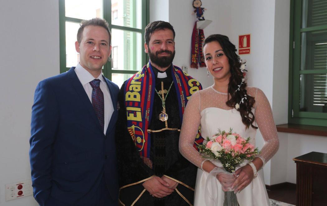 Un concejal de Podemos oficia una boda civil disfrazado de cura
