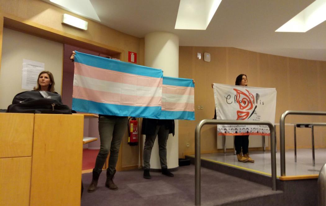 Escrache silencioso al presidente de Hazte Oír en el Parlamento Europeo