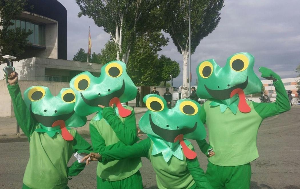 Cuatro ranas reciben a Aguirre en la sede de la Audiencia Nacional